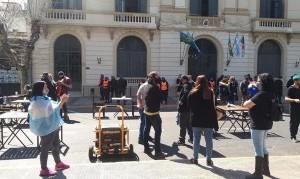 """La Matanza: gastronómicos instalaron un """"bar"""" frente a la Municipalidad y piden volver a trabajar"""